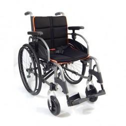 Nowoczesny wózek inwalidzki z system antywywrotnym, regulowanym oparciem, siedziskiem i podłokietnikami